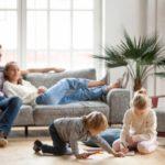 Nietypowi pomocnicy typowej rodziny. Jakie rozwiązania smart home warto wdrożyć?